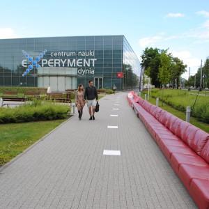Przy Parku Naukowo Technologicznym stanęła najdłuższą, bo aż 100-metrowa sofa. Wszystko dzięki uprzejmości marki BoConcept. Fot. Piotr Sawczuk.