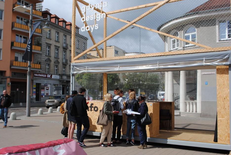 Plac Kaszubski był miejscem spotkań, odpoczynku i przestrzenią, która pozwala poznać bliżej literaturę związaną ze światem designu. Fot. Piotr Sawczuk.