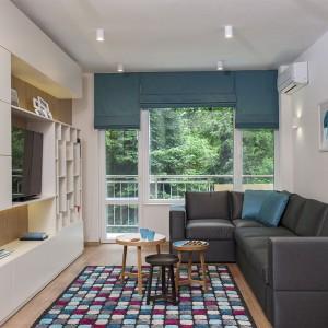 Turkusowe akcenty w mieszkaniu korespondują z bogatą zielenią za oknem, tworząc pewną wizualną ciągłość z krajobrazem. Projekt: Antonia Saranedelcheva. Fot. Yana Blazeva.