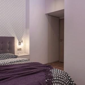 W sypialni postawiono na ciemniejsze, przytulniejsze kolory. Odcienie szarości połączono ze śliwkowymi - taka kombinacja relaksuje i skłania do relaksu. Projekt: Antonia Saranedelcheva. Fot. Yana Blazeva.