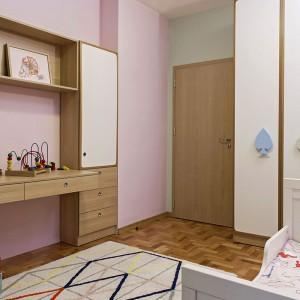 Wysoka zabudowa pozwoliła zaoszczędzić miejsce i wygospodarować przestrzeń na duże biurko. Projekt: Antonia Saranedelcheva. Fot. Yana Blazeva.