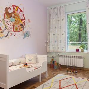 Sypialnia dziewczynki to istna kraina czarów, w której zabłąkała się Alicja, goniąca za królikiem na jednej ze ścian.  Projekt: Antonia Saranedelcheva. Fot. Yana Blazeva.
