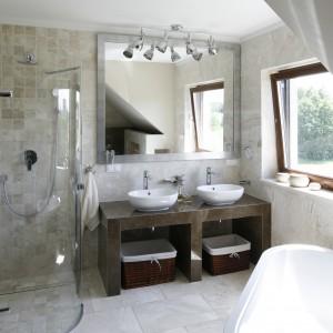 W łazience umieszczonej na poddaszu zaprojektowano miejsce na wolno stojącą wannę oraz wygodny prysznic. Duże okno sprawią, że wnętrze jest zawsze jasne i przestronne. Projekt Beata Ignasiak-Wasik. Fot. Bartosz Jarosz.