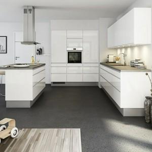 Nowoczesne meble kuchenne firmy Nettoline wykończono w wysokim połysku i utrzymano w minimalistycznej stylistyce. Wnętrze nabiera skandynawskiego klimatu dzięki kolorystyce mebli oraz zastosowanym dodatkom. Fot. Nettoline.
