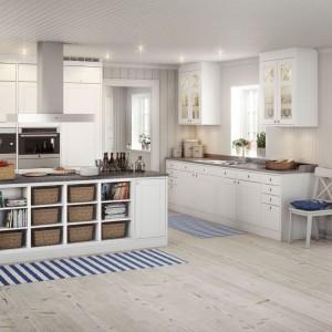 Styl skandynawski nie dyskryminuje - dobrze prezentują się w tej estetyce zarówno ultra-nowoczesne, jak i bardziej klasyczne meble. W tej aranżacji spotykamy wariant drugi. To co pozostaje niezmienione to duża ilość bieli i jasne drewno na podłodze. Fot. Marbodal.