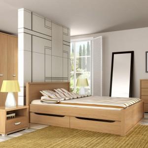 Nowoczesna sypialnia Claro w kolorze dąb nova to propozycja producenta Meble Wójcik. Prostą formę mebli urozmaica wybarwienie drewna oraz łukowate uchwyty. Fot. Meble Wójcik.
