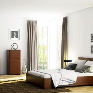 Elegancka sypialnia Varadero marki Paged Meble ociepla wnętrze nasyconym kolorem oraz urzeka wyrazistym rysunkiem drewna. Duży wybór modułów pozwala stworzyć aranżację odpowiednią dla każdego wnętrza. Fot. Paged Meble.