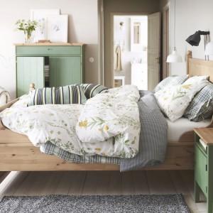 Drewniane łóżko Hurdal z praktycznymi szufladami na pościel to propozycja od marki IKEA. Lita sosna uwypukla atrakcyjne i piękne słoje oraz drobne sęki, które nadają meblowi własną, powstałą w sposób naturalny, osobowość. Fot. IKEA.