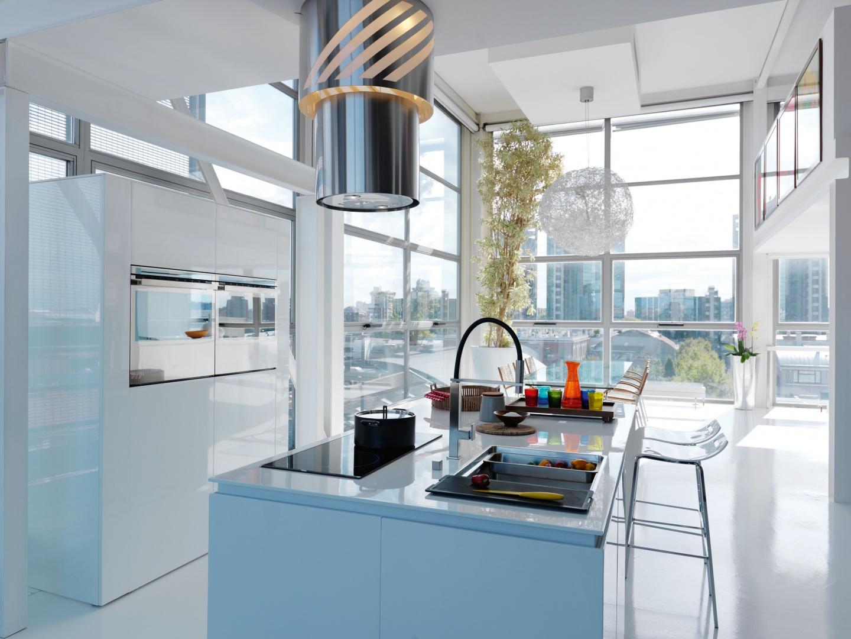Doskonale dobrane wyposażenie kuchni: piekarnik Crystal Steel, zlewozmywak i bateria Centinox, okap Up&Down Apollo. Fot. Franke.