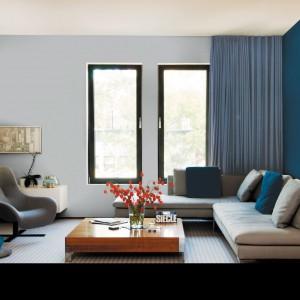 Bezpieczny szary i śródziemnomorski niebieski tworzą doskonałe tło dla nowoczesnej aranżacji salonu. Fot. Dekoral.