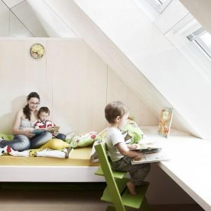 Jasne meble i ściany to nie wszystko. Wnętrze powinno być dobrze oświetlone, najlepiej światłem dziennym. Optymalną jego ilość zagwarantują oka dachowe. Fot. Velux.