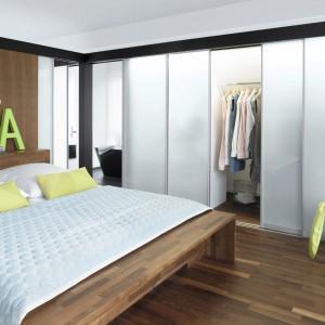 Wielkoformatowe szklane ścianki i drzwi to świetne rozwiązanie, które wyznaczy granicę między garderobą a sypialnią. Nie izolują pomieszczeń względem siebie, a równocześnie pozwalają na elastyczne kształtowanie przestrzeni. Fot. Raumpulus.