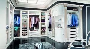 Garderoba lub szafa topodstawowy element wyposażeniamieszkania. Jak ją urządzić? Pokazujemy pomysły na szafę w sypialni... także w tej małej.