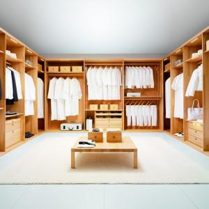 Projektując garderobę bardzo często stosuje się odrębne moduły meblowe dla kobiety i mężczyzny. Pozwala to oddzielić strefę gospodarza od pani domu oraz ułatwić jednoczesne korzystanie z garderoby. Fot. Wharfside.