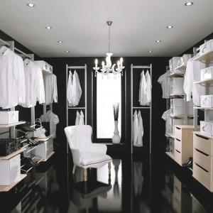 Garderoba powinna być praktyczna, ale też ładna. Dekoracyjne oświetlenie czy lustro w ramie nada elegancji i szyku. Fot. Hammonds Furniture.