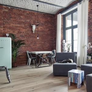 Sofa w salonie to niezwykle praktyczny mebel modułowy. Można ją rozkładać na mniejsze elementy lub komponować w większy, jednorodny mebel - w zależności od potrzeb domowników. Fot. RED Real Estate Development.