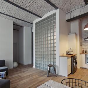Ściankę oddzielającą łazienkę od strefy dziennej wzniesiono z luksferów, efektownie przepuszczających światło, co tworzy unikalny efekt we wnętrzu. Fot. RED Real Estate Development.