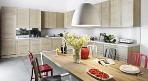 Chcąc urządzić przytulną kuchnię sięgnijmy po meble drewniane lub z drewnianym dekorem. Materiał ten, jak żaden inny, ociepli przestrzeń i nada jej przytulny charakter.