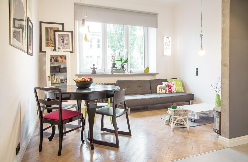 Salon połączono z niewielką jadalnią, której funkcję pełni okrągły, czteroosobowy stół. Usytuowany na granicy pomieszczenia jest łatwo dostępny z salonu i kuchni. Projekt: Joanna Pytlewska-Bil i Danuta Dziubek. Zdjęcia: Łukasz Borusowski.