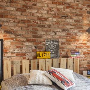 Rolę wezgłowia łóżka pełni drewniana paleta, udekorowana industrialnymi akcesoriami. Projekt: Joanna Pytlewska-Bil i Danuta Dziubek. Zdjęcia: Łukasz Borusowski.