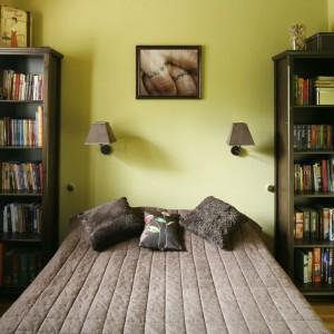Za sprawą antycznych mebli oraz tematycznych dekoracji, w niewielkiej sypialni w bloku panuje ciepły, lekko orientalny klimat. Projekt: Dorota i Michał Ługowoj. Fot. Bartosz Jarosz.