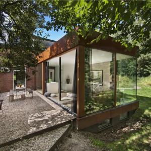 Ogród jest utrzymywany tak naturalne, jak to możliwe, z roślinami z wydm i muszlami na tarasie. Projekt: Jeroen van Zwetselaar. Fot. Cornbread Works.
