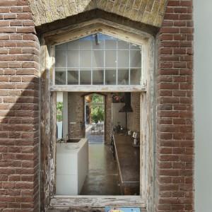 Duża ilość przeszkleń to ogromne atuty domu. Podobnie jak stara cegła na elewacji. Projekt: Jeroen van Zwetselaar. Fot. Cornbread Works.