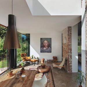 Architektowi udało się doskonale połączyć ducha starego klimatycznego budynku ze współczesnym minimalizmem i naturą, zakradającą się do wnętrza. Projekt: Jeroen van Zwetselaar. Fot. Cornbread Works.