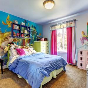Bajkowy klimat panujący we wnętrzu to niewątpliwie zasługa fototapety z Małą Syrenką marki Minka Kids. Dekoracją wykończono całą ścianę za łóżkiem. Fot. Minka Kids.
