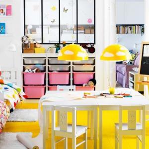 W pokoju kilkulatków ważnym elementem wyposażenia jest stolik oraz niewielkie krzesła, uzupełnione oświetleniem. Odpowiednio zorganizowana przestrzeń sprawi, że dziecko chętniej rozpocznie naukę rysowania i pisania. Fot. Ikea.