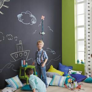 Malując ścianę farbą tablicówką w prosty sposób uzyskamy przestrzeń, gdzie młodzi artyści będą mogli ćwiczyć swoje umiejętności. zamazaną powierzchnię wycieramy gąbką i znów mamy przestrzeń do rysowania. Fot.  JVD.