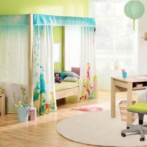 Drewniane łóżko z kolorowym baldachimem doda wnętrzu uroku, ale nie tylko. Dzięki barwnym zasłonkom może stać się zabawką kryjówką małej dziewczynki. Fot. Paidi.