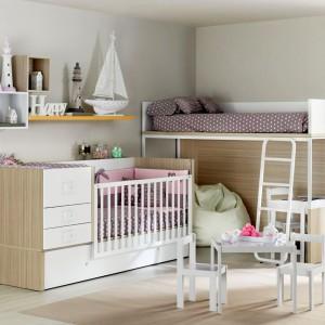 Pomysłowy pokój dla rodzeństwa w różnym wieku. Wykorzystanie w nim łóżka na antresoli sprawi, że starsza pociecha będzie dobrze widziała, czym zajmuje się młodsza siostra czy brat. Fot. Ros.