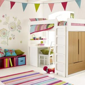 Pomysłowy mebel, łączący funkcje łózka biurka i szafy to idealna propozycja do małego pokoju. Dla uzyskania ciekawego efektu białe wyposażenie dobrze jest uzupełnić kolorowymi dodatkami. Fot. Aspace.