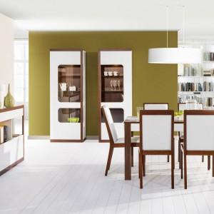 Malta to kolekcja eleganckich, nowoczesnych mebli do jadalni. Śnieżną biel oprawiono w ramy w ciepłym, czekoladowym kolorze drewna. Fot. Szynaka Meble.