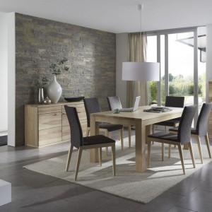 Stół z litego drewna T10, z kolekcji mebli do jadalni K5. Zastosowanie dodatkowych nóg znacznie zwiększa stabilność mebla, specjalne kółka z blokadami pod nogami ułatwiają jego rozłożenie i powiększenie blatu do potrzebnej wielkości. Fot. Klose.