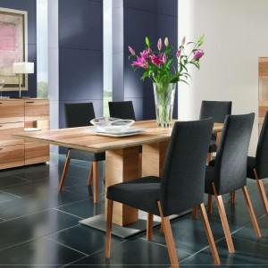 Pecano to zestaw stół plus tapicerowane krzesła przeznaczony do jadalni o współczesnej stylistyce. Prostokątny, drewniany stół wsparty na dwóch nogach jest pochwałą nowoczesnej stylistyki. Fot. Kler.