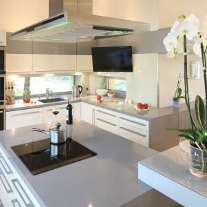 Zamontowany na wysięgniku telewizor został umiejscowiony w taki sposób, że telewizję można oglądać z przestrzeni wyspy kuchennej, podczas gotowania. Projekt: Monika i Adam Bronikowscy. Fot. Bartosz Jarosz.