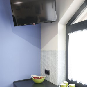 Telewizor został zamontowany pod samym sufitem w rogu pomieszczenia, na praktycznym wysięgniku. Projekt: Marta Kilan. Fot. Bartosz Jarosz.