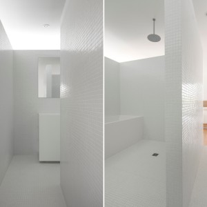 Łazienka wraz z sypialnią stanowią prywatną strefę domownika. Pomieszczeń nie oddzielają drzwi, a odrębność funkcji zaznacza inna posadzka na podłodze. Projekt: laSHED Architecture. Fot. Maxime Brouillet.