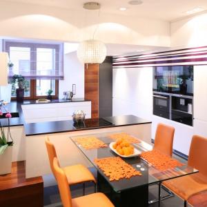 Telewizor można również wpasować w wysoką zabudowę kuchenną, tak aby nie zakłócał przestrzeni w kuchni. Tutaj niemal się w niej chowa. Projekt: Katarzyna Mikulska-Sękalska. Fot. Bartosz Jarosz.