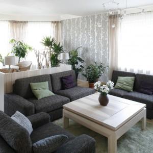 Przestronny salon został utrzymany w kolorach ziemi. Brązy i beże pozwoliły stworzyć wnętrze sprzyjające relaksacji i wypoczynkowi. Projekt: Marta Kruk. Fot. Bartosz Jarosz.