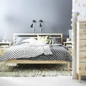 Naturalne, jasne drewno oraz minimalistyczna forma to cechy zestawu Tarva marki IKEA o niezwykle lekkim wyglądzie. Wysokie, ale wąskie komody to idealna propozycja do małych wnętrz. Fot. IKEA.