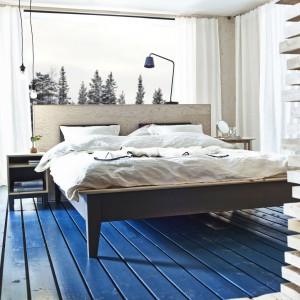 Łóżko Nornas to tegoroczna propozycja od marki IKEA. Szary kolor sosnowego mebla wprowadzi do sypialni surowy, a zarazem intrygujący klimat rodem z północnej Europy. Fot. IKEA.