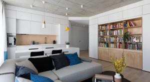 Jasne kolory i uporządkowany wystrój wieńczy betonowy sufit. To nowoczesne mieszkanie pełne jest oryginalnych rozwiązań.