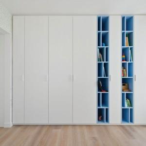 Wysoką zabudowę zastosowano również w pokoju dziecięcym. Tutaj biel przełamano jednak bardziej fantazyjnym kolorem błękitu. Projekt: Normundas Vilkas. Fot. Leonas Garbacauskas.