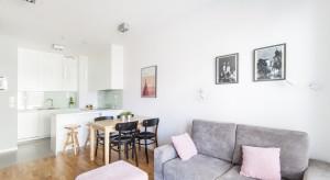 Mieszkanie o powierzchni 38 m2 znajduje się w Krakowie. Projekt mieszkania jest kompaktowym rozwiązaniem dla niewielkich mieszkań dla osób ceniących komfort użytkowania, prostotę oraz funkcjonalność.