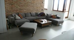 Wyzwanie przy tej realizacji polegało na stworzeniu wnętrza industrialnego lecz ciepłego i rodzinnego. Otwartość inwestorów na niestandardowe połączenia przestrzeni pozwoliło na stworzenie bardzo funkcjonalnej fabryki mieszkania.