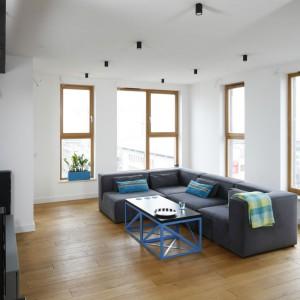 Przestronny salon urządzony został w stylu loft. Dominującą tu biel połączono z czernią i szarością. Projekt: Monika i Adam Bronikowscy. Fot. Bartosz Jarosz.