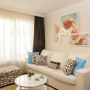 Kącik wypoczynkowy to trzyosobowa sofa w kolorze ecru oraz mobilny, delikatny stolik kawowy z podwójnym blatem. Projekt: Antonia Saranedelcheva. Fot. Yana Blazeva.